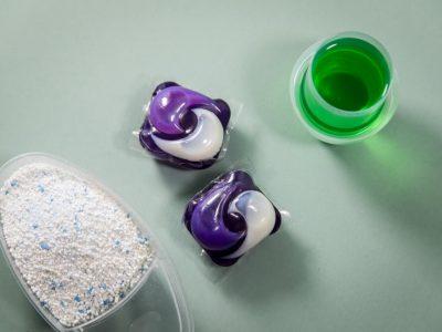 Исчистете сè по ред: 7 трикови со детергент за перење алишта