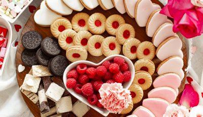По повод Денот на вљубените: Даски преполни со бонбони, чоколадо, сирење и многу љубов