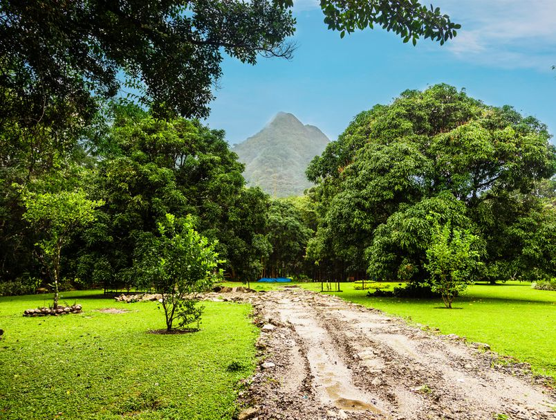 Живот на вулкан: Погледнете како изгледа најголемиот населен кратер во светот