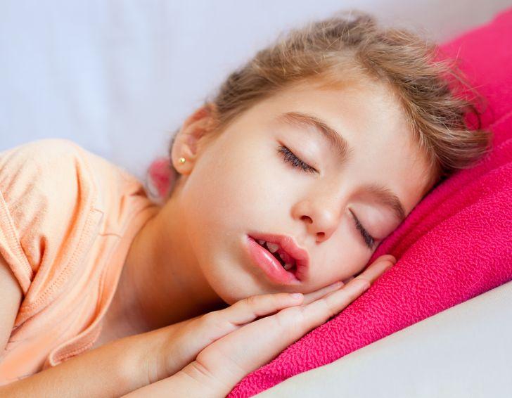 Што може да им се случи на децата ако спијат со отворена уста?