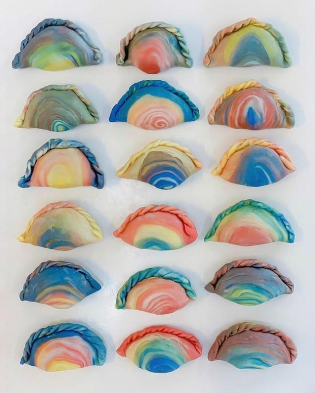 Пекар прави прекрасни колачи во пастелни бои