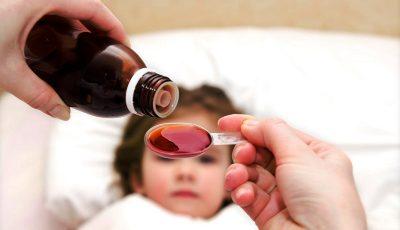 Мајка открива генијален трик како да му дадете лек на бебето без никаков проблем