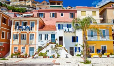 Идилична природа: Тиркизно море и крајбрежје со разнобојни куќи