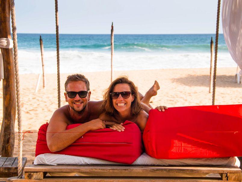Овој пар патува низ светот без облека за да ги открие најдобрите места за нудисти