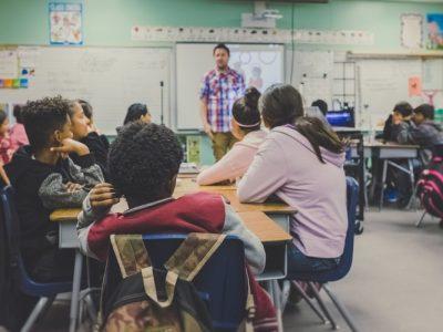 Зошто децата се однесуваат различно на училиште и дома?