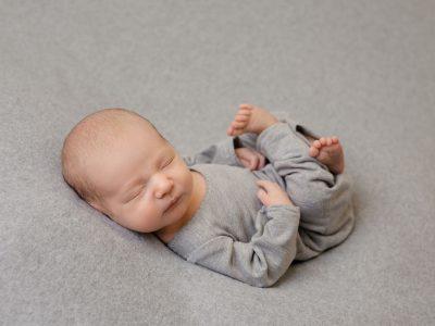 10 креативни пози за првиот албум со фотографии на бебето