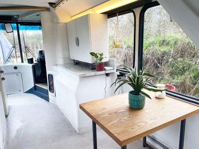 Еден британски пар создал прекрасен дом од лондонски автобус