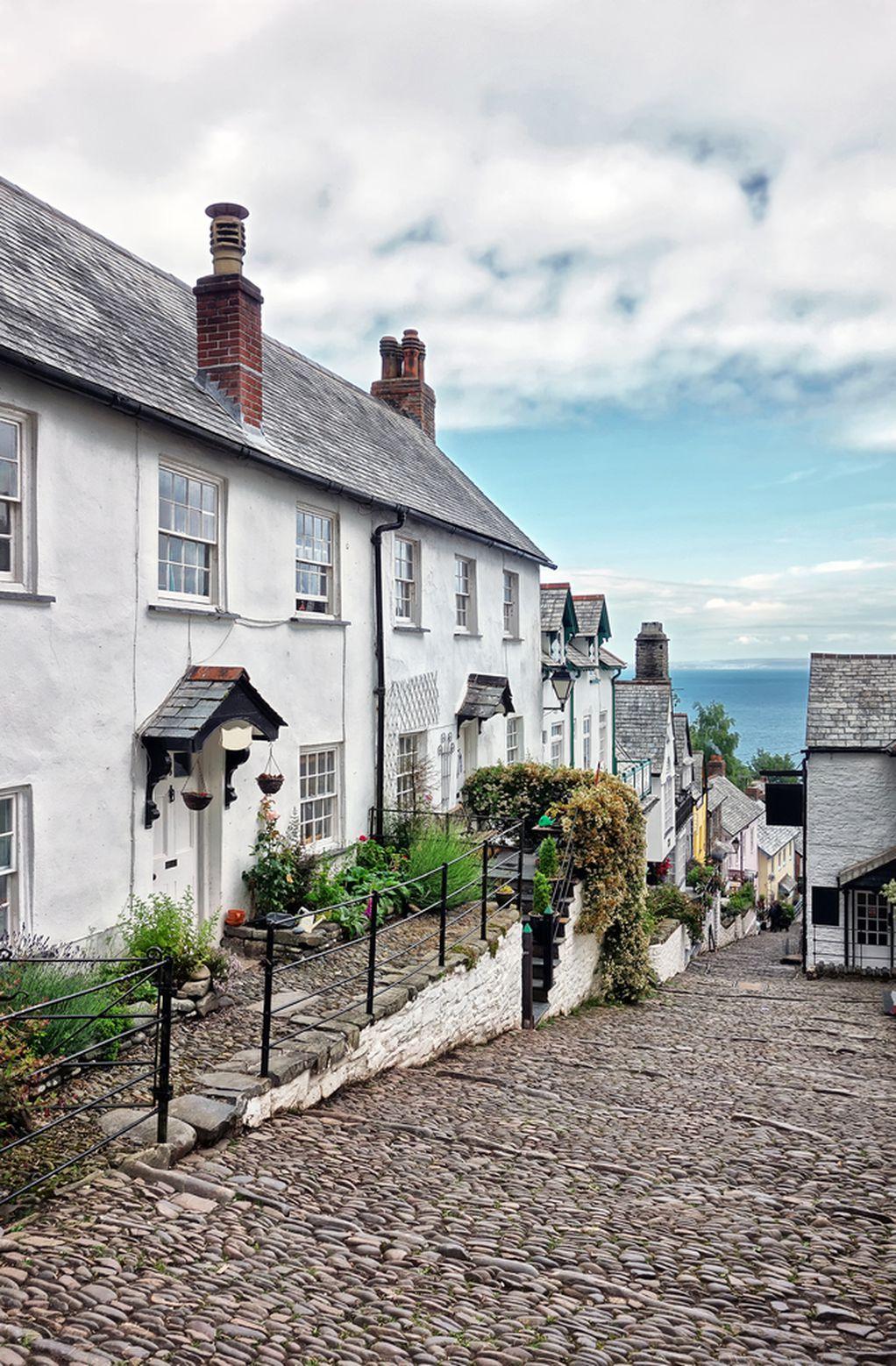 Шармантно село во Англија со уредни и шармантни куќички, поплочени улици, па дури и фарма за магариња