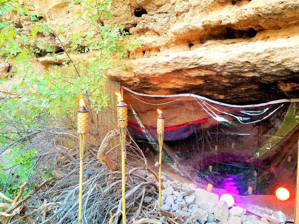 Кревет во скриена пештера каде едно ноќевање чини 180 евра
