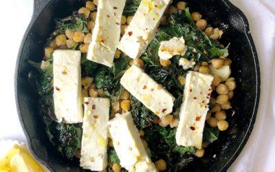 Рецепт за вечера: Печено сирење со кељ и леблебија