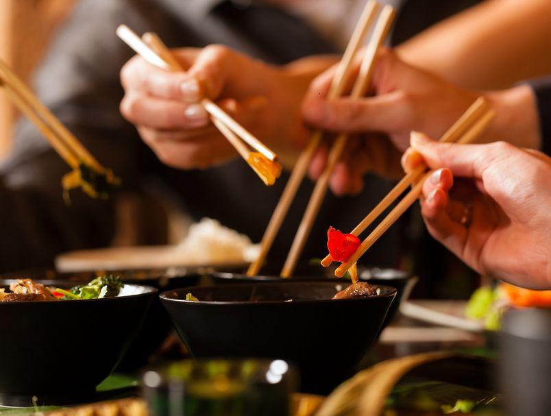 Азиски бонтон: 10 грешки што не треба да ги правиме со стапчиња за јадење