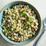 Овој вкусен и лесен рецепт со јогурт и авокадо е нашиот нов омилен појадок