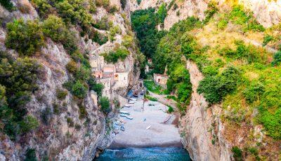 Италијанска плажа скриена зад фјордовите со прекрасни куќички во карпите