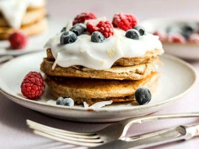 Палачинки со банана, грчки јогурт и шумско овошје - одличен почеток на утрото