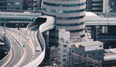 Во овој град има толкав метеж што автопатот минува низ облакодер