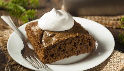 Рецепт за англиски колач: Меки коцки од чоколадо со шлаг