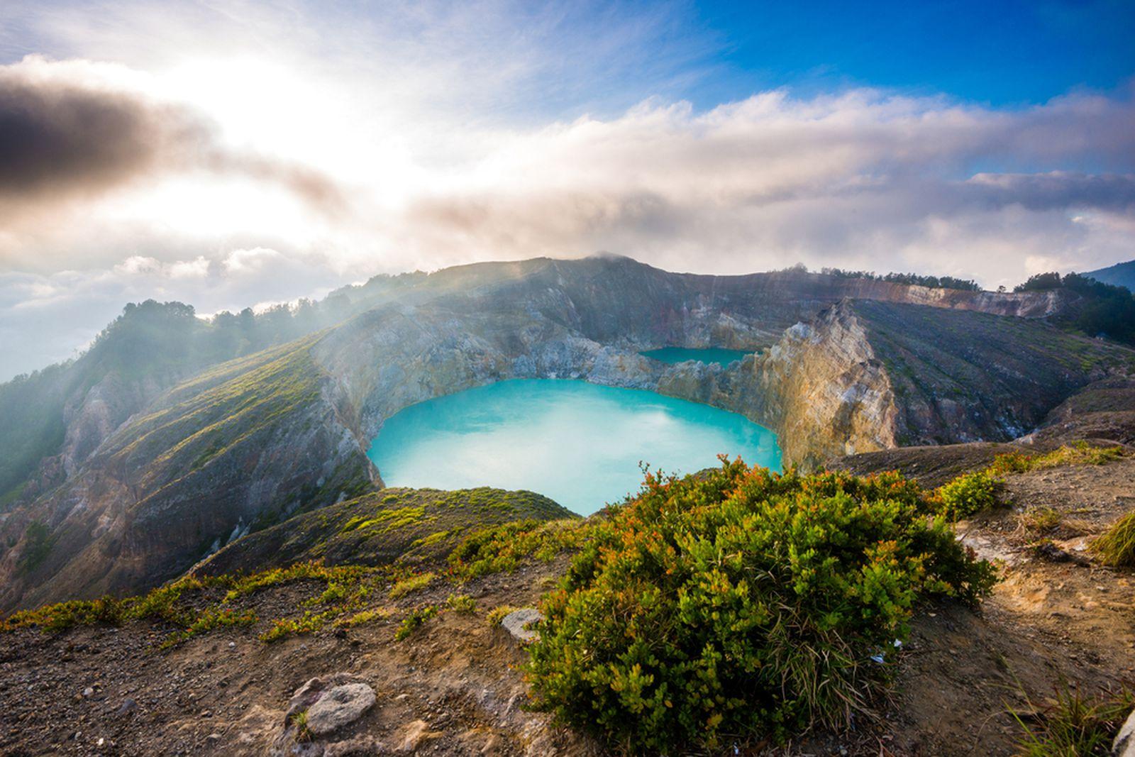 Опасна и чудесна атракција: Вулкан што добива сина боја за време на ерупцијата