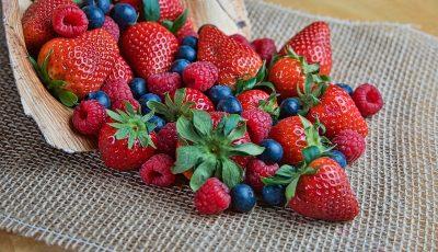 Како да ги отстраните сите бактерии и пестициди од јагодите, малините и другите ситни плодови?