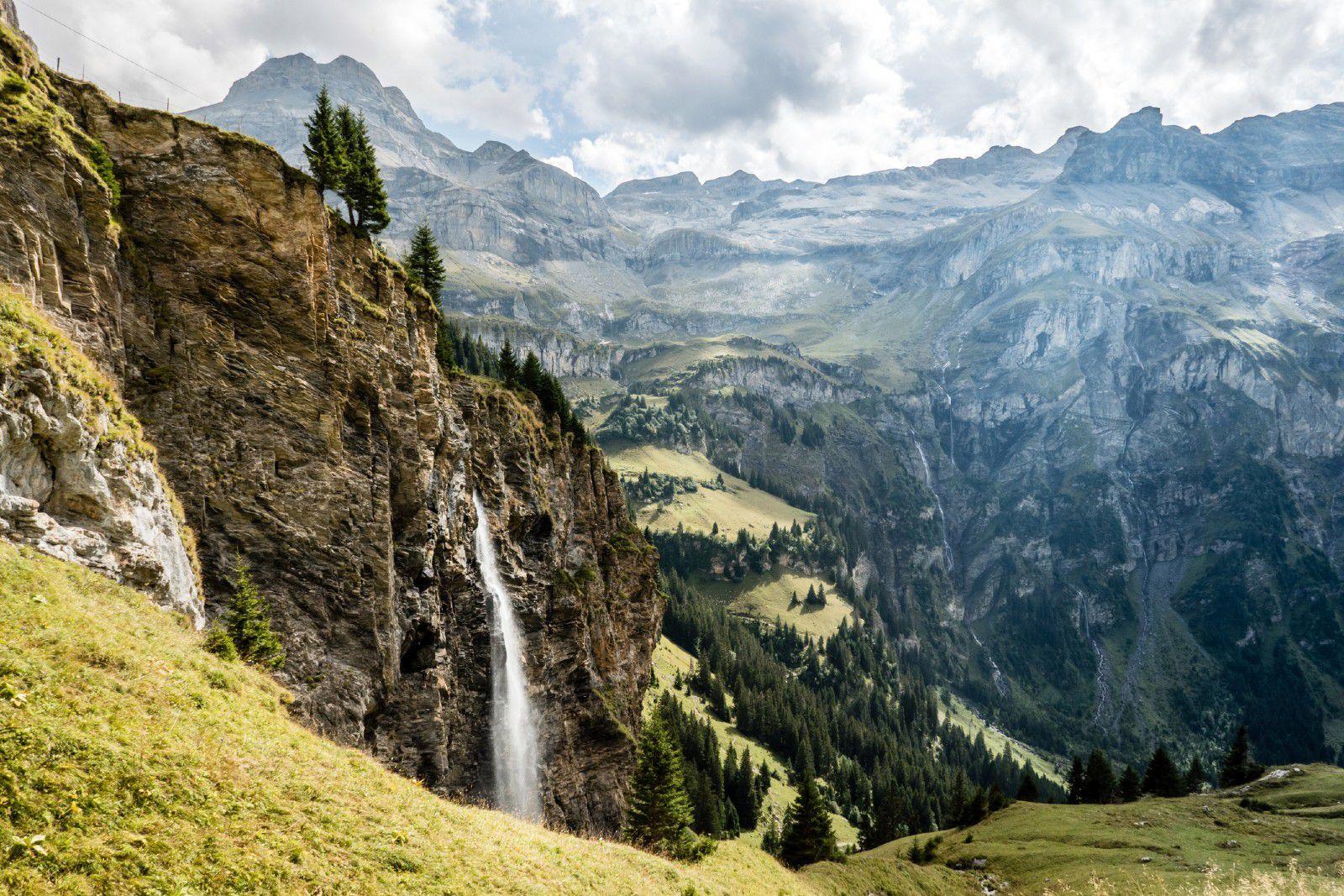Швајцарско село во бујна зелена долина опкружено со дури 72 водопади