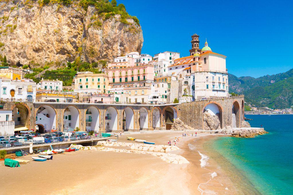 """Најмалиот """"град"""" во Италија: Место за одмор на прекрасен брег што го заобиколуваат туристите"""
