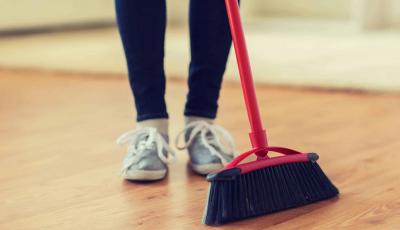 Едноставен трик како да ја отстраните досадната прашина што останува откако ќе ја исчистите куќата со метла и ѓубралник