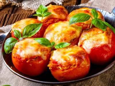 Рецепт за домати полнети со мелено месо и кашкавал