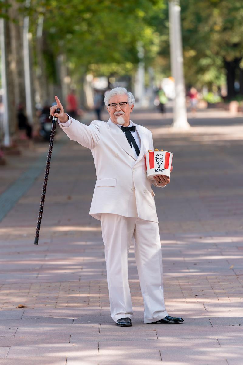 Човекот од логото на KFC ри по Скопските улици