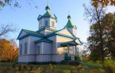 Само во Источна Европа: Гратче чија тиркизна, дрвена црква ве води кон вселената