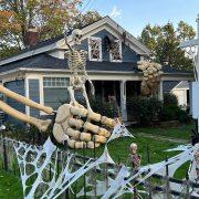 Американец изградил огромен скелет за Ноќта на вештерките, погледнете како!